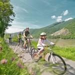 Donau-Familie-på-cykel-ved-floden400x400